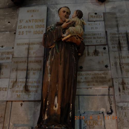Iさんによると、ここでは特に子供が大好きだった聖アントワンが人々にとても人気があり、彼の像の周りには特にろうそくや寄贈されたタイルが多かったです。