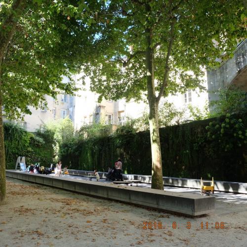 殺風景なフェンスでなく、公園の境をぐるっと緑カーテンでおおっている。たくさんの子供がいました。イタリアなどに比べて、フランスはEUのラテン語圏の国々では稀で出生率が上がっている国なんだそうです。