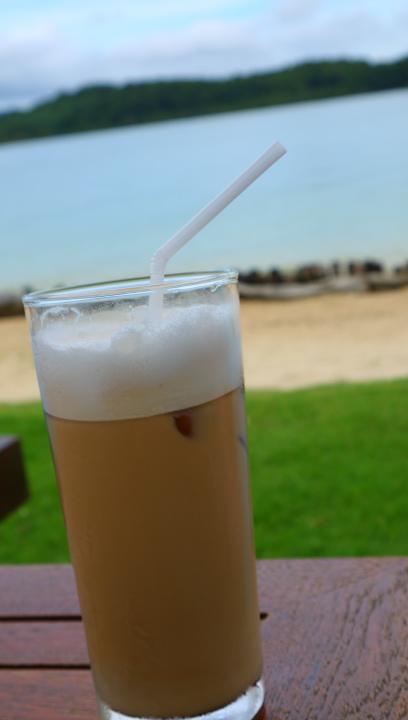 朝食時に頼んだカフェオレをもって<br />レストランからそのままビーチサイドへ。<br /><br />カフェインが得意ではない私には<br />ここのカフェオレは凄く美味くておかわりしまくりでした(笑)<br />