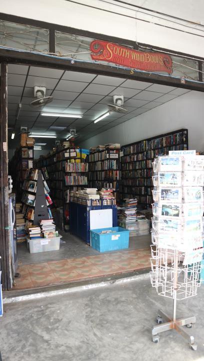 で行き着いたのが、本屋さんの真隣にある<br />タイ料理のお店。<br /><br />トイレはこの本屋さんの奥にあるトイレを使います(笑)