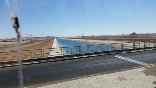 砂漠に水路を作り、水を引いて、住宅を建てたり、畑を造ったり…という膨大な計画中です。