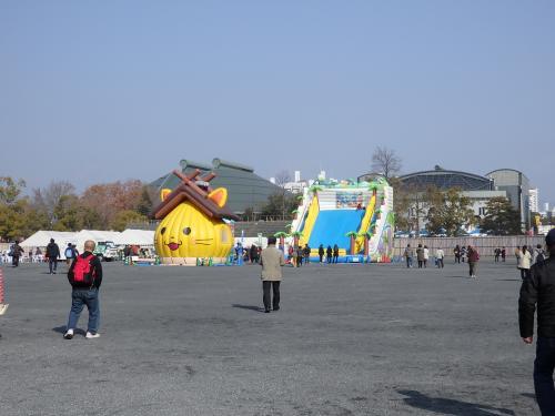 旧市民球場跡地。<br />その奥に見える建物が広島グリーンアリーナです。<br /><br />球場跡地には大きな「しまねっこ」のふわふわドームがありました。<br />子供達は楽しいだろうね。<br /><br />この球場跡地、サッカースタジアム建設候補地のひとつになっていますけど、どうなるんでしょうね。