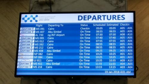 2018年1月19日(金)旅行6日目<br />2:15  モーニングコール(昼ではなく真夜中です)<br />2:45  荷物出し<br />3:30  空港へ25km 軽食を持たされて船を出発。<br />   軽食の中身はパン5個!、バナナ2本、リンゴジュース1本<br />5:05  アスワンからカイロへ飛びました。空港へ入る時に手荷物検査、その後も<br />   何回も検査。辺りは真っ暗。真夜中です。<br />   機内ではリ ンゴジュース1本とクッキーが配られました。<br />6:30  カイロ着<br />       バスにてサッカラ・ダハシュール観光へ