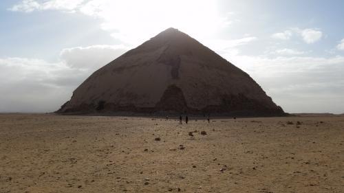 屈折ピラミッド<br /> 角が削れているのは、後に人々が建築資材として持って行ったからだそうです。<br />スネフル王(クフ王の父)のピラミッド。表面の化粧石がきれいに残っています。<br />逆光で良く分かりませんが。