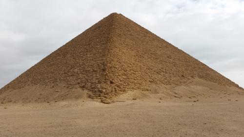 赤のピラミッド<br /> 少し赤っぽい程度です。断面が二等辺三角形の真正ピラミッドとしては最古のものだそうです。
