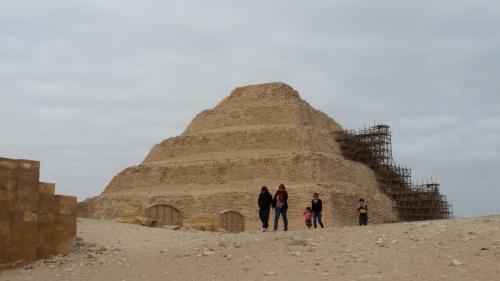 修復中のジォセル王のピラミッドコンプレックスです。階段ピラミッドと言う方が日本では通じやすいです。世界最古のピラミッドです。王の命を受けた大臣イムホテプは、同時主流とされていた台状の墳墓(マスタバ墳)を積み上げて階段状にしました。