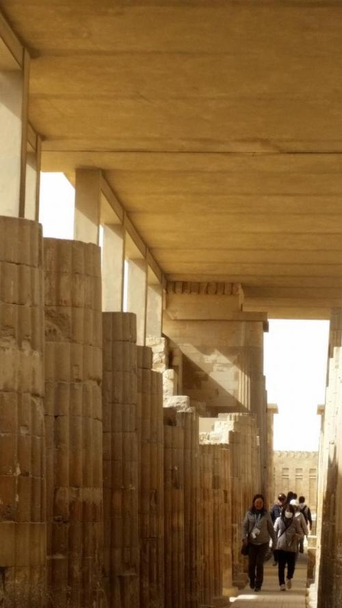 柱廊<br />ここを抜けると階段ピラミッドの前に出ました。<br /><br />観光後ギザへ30km