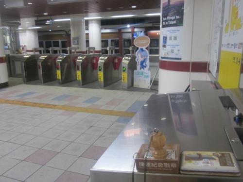 内湖駅(54)。<br />数え間違えていなければ、現状の台北MRT(桃園への空港線を除く)は全部で108駅ですので、これで丁度半分、ということになりますね。