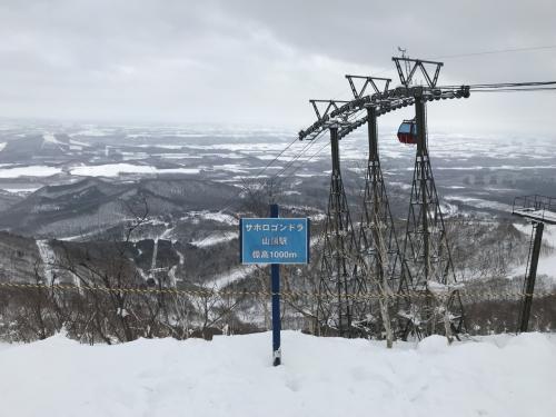 ゴンドラに乗り継いで山頂へ。あいにく曇りで風が強く、第8リフトが運休中。とはいえ、ゴンドラさえ動いていればロングコースが滑れるので問題なし