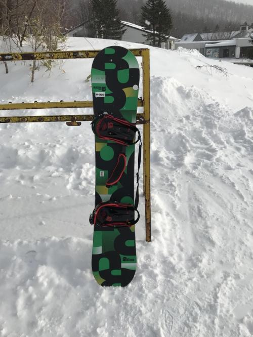 2日目はボードを借りて新雪を楽しみます。宿泊者は割引あり