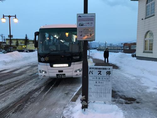 本来ならば空港行きのスキーバスに乗るところですが、予約したのが遅くて満席。そのため新得駅にシャトルバスで向かい、そこからJRに乗り継ぎ帯広駅へ。さらにバスで帯広空港へというコースをたどることに。16時2分発のバスは約20分で新得へ