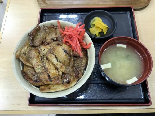 新得そばは食べたけれど物足りない。ここは帯広名物のぶた丼(1100円)でしょう