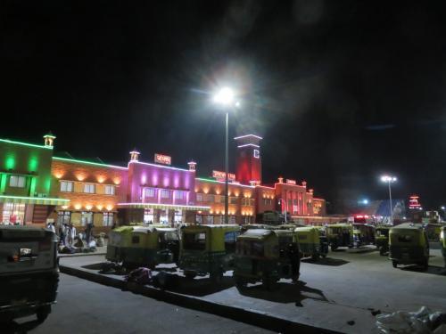 朝6時過ぎ頃のジョードプル駅。<br />日中は30度を越えていますが夜から朝方は一桁前後まで平気で気温が下がるインド北部。<br />ダウンでも着ないと寒いです。