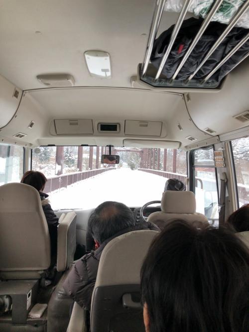 13:10発のお迎えバスに乗って、一路温泉へ。。。<br /><br />雪がだんだん深くなっていきます。