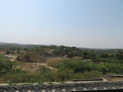 5時間半このような景色を延々眺め続けます。<br />インド広いので線路沿いとはいえどこもかしこも人だらけということはないですね。<br />路線によりけりでしょうが駅の間隔も大きいですし。<br />