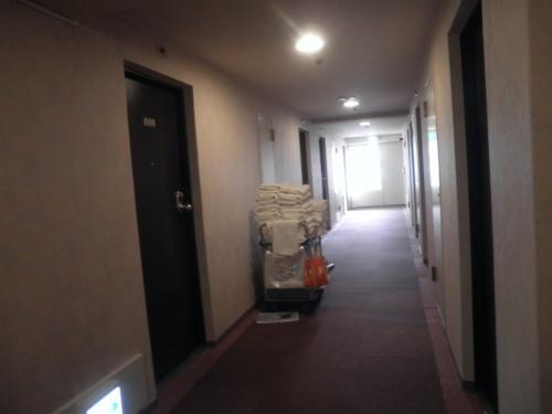 お早う御座います。<br />時刻は午前8時50分。<br />既にお掃除が始まっていました。<br />しかし、昨日は周りの部屋が賑やかでした。