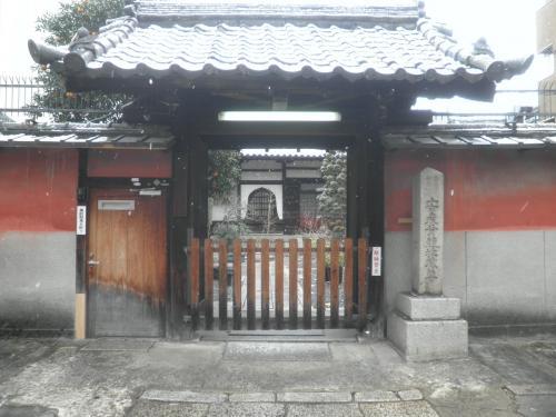 この辺のお寺は絶対に門を開けていませんね。