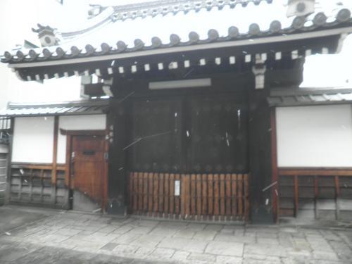 普通のお寺さん(檀家寺)では観光客がヅカヅカ入って来無い様に閉めていますね。