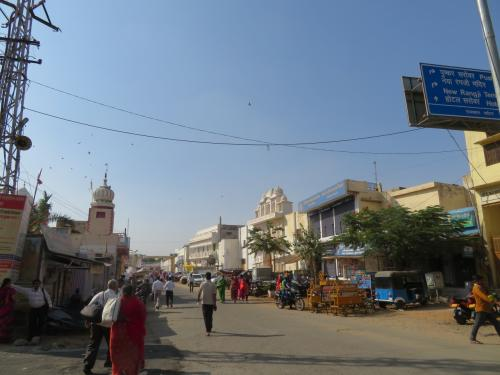 14:45発プシュカル到着!<br />まずは宿探し。<br />泊まるところはインドのGHチェーンMoustache Hostel Pushkarです。