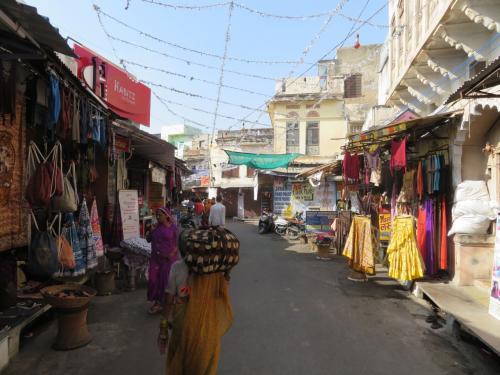 プシュカルは巡礼者や外国人観光客も訪れる街なので<br />このように道両脇に土産物屋等が大量にあります。<br />