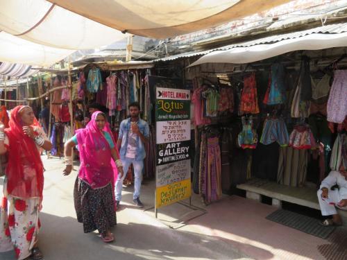 こちらの看板裏にMoustache Hostel Pushkar の通路入口。<br />これまた見つけにくい場所にありました…<br />この看板の奥の入口があるわけですが看板に宿名すらないw