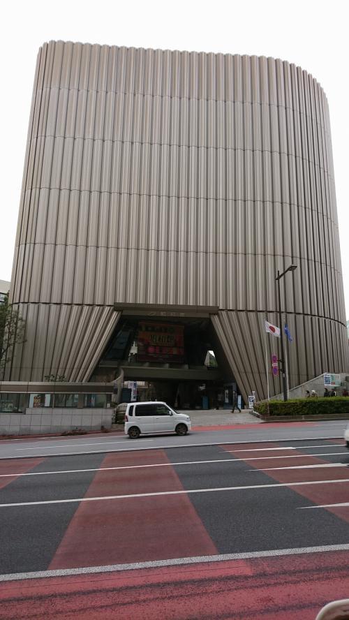 九段下駅出てすぐに有ります。6-7階が展示場です。300円です。