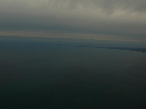 雲の上、太平洋上に一度出てくるっと回っての着陸です富士山静岡空港海側からしか侵入ができないようなことがどこかのHPに書いていました