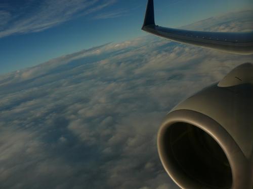 雲の上では当たり前ですが晴れていて夕日を浴び西へ<br />安定飛行に入り10分程度で着陸態勢になる短い路線です