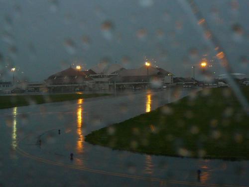 土砂降りの宮古空港です<br />ようやく今日の最終目的地に到着です<br />因みに気温は那覇から少し下がり18℃