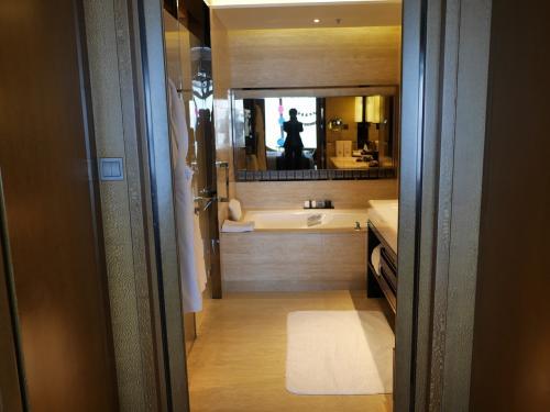 正面にテレビ付の浴槽、右側にWの洗面、左側にシャワーブースとお手洗いがあります🐭<br /><br />部屋と洗面浴室は、引き戸で仕切れます。