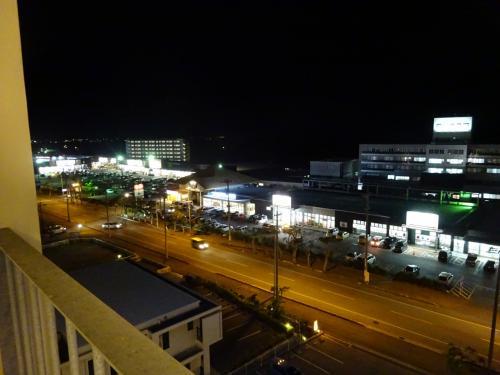 夜も明るいです。<br />なぜかというと、24時間オープンのショッピングセンター(イオン)があり、これがなかなか賑わっているのです。<br /><br />日本最南端の吉野家もあります。こちらは夜9時までだったかな?<br />マックもあります。<br /><br />ほかにも、100円ショップや西松屋、ドラッグストアに大戸屋などなど、滞在中は不自由なく過ごせそうです。<br />