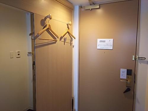 ドア右横の壁にハンガーが2つ。<br />