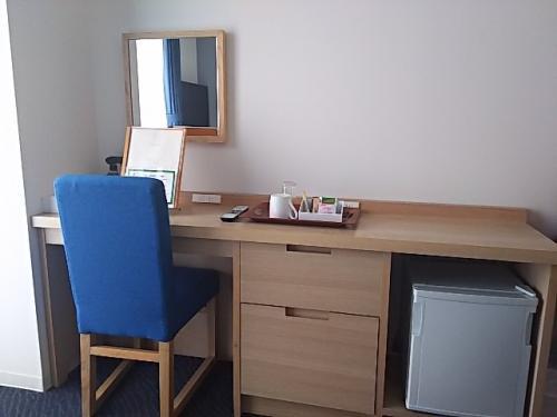 こちらの机がなかなか使いやすくて良かったです。<br />大きな鏡があるとメイクもしやすくて助かります。