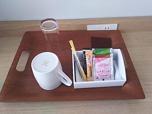 無料のお茶は、ジャスミン茶と緑茶、ほうじ茶のティーパックが1つずつ。スティックタイプのインスタントコーヒーもあります。<br />私はジャスミン茶とほうじ茶をいただきました(翌日も補充されていました)。