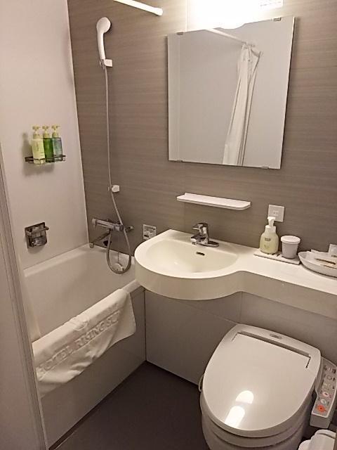 トイレ&バスルーム。<br />コンパクトですがとても綺麗です。<br />浴槽は小さめですが、すごく狭いわけではないです。