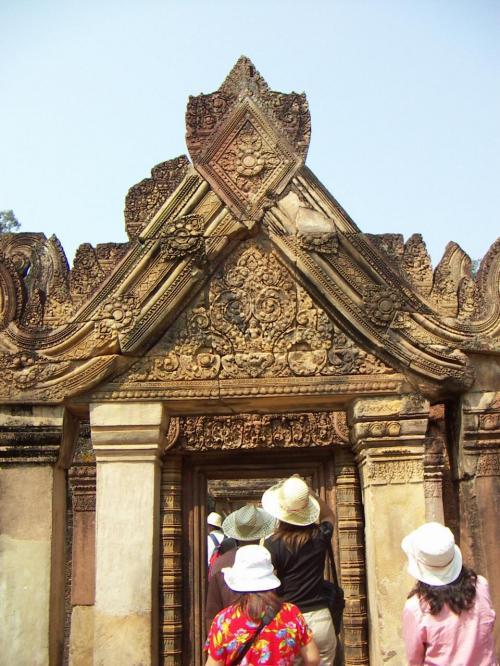 中心部へと続く門。「女の砦」を意味するこの寺院は保存状態が良く、観光客でにぎわう
