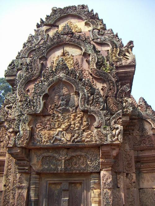 周囲400メートルと規模の小さな寺院は精緻な彫刻で満ち溢れ