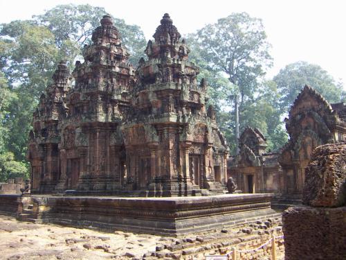 小さな寺院だけど、繊細な彫刻であふれて時間のたつのを忘れてしまう