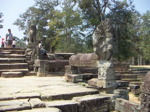 欄干にはナーガ(蛇)とシンハ(獅子)の像