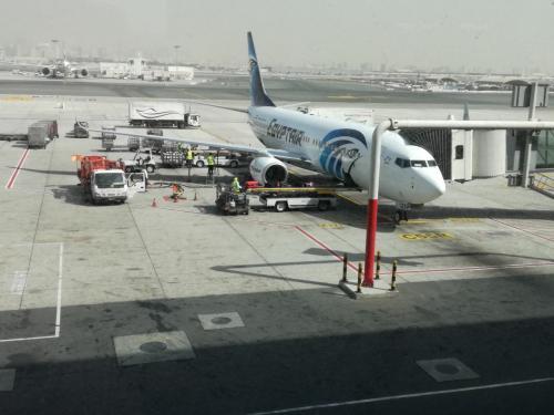 ドバイ国際空港ターミナル1<br />カイロまで搭乗するエジプト航空 B737-800