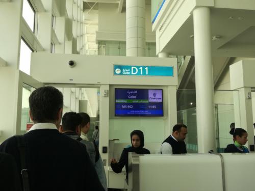 ドバイ国際空港ターミナル1<br />搭乗開始です。<br />