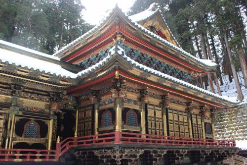 本殿もなかなか立派で金と黒の組み合わせが、いかにも武士の作ったお寺という感じで、公家の作った雅な京都のお寺と違う雰囲気でなかなかいいです。