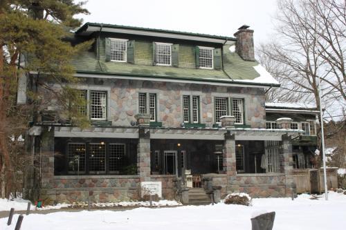 輪王寺のあとの昼ごはんは、明治時代の建物を使った「明治の館」というところへ。 <br /> もとはここは明治時代に建てられた外国人の別荘だったところを使っています。 有形文化財です。<br />