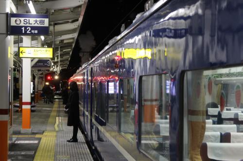 客車は懐かしい「14系」の客車。 <br /> 私の学生時代、首都圏から東北や北陸方面にはこの客車を使った夜行急行が多数発着していました。 <br /> 貧乏学生ですから、飛行機はもちろん、新幹線に乗るお金もないので、この夜行急行で旅をしたものです。 <br /> 青い車体の客車は寝台特急のブルートレインと同じですが、お金のない私はブルトレに乗ることもなく、それでもこの青い車体は当時美しく輝いて見えました。