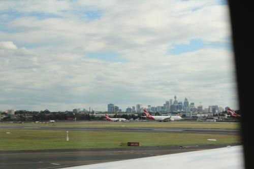 初めてオーストラリア大陸に到着しました。<br />ちょうど、シドニー国際空港に到着したときに、シドニータワーを中心にした高層ビル群が窓から見えました。<br />とうとうやってきた!、という感じです。