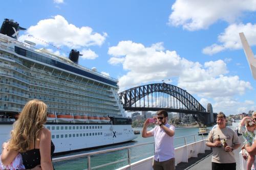 到着した日の午後からは、シドニー湾クルーズを楽しみました。<br />大きな豪華クルーズ船でのクルーズはとても快適でした。<br />チケット窓口で、日本から予約をしたバウチャーを乗船券に替えてもらい乗船を待ちました。チケットの裏に番号を記入してくれ、その場所で待っているとクルーから「違うこっちだ」というようなよくわからない英語でしゃべられて、とまどいました。結局、乗船時間が15分ずれていたことがわかりました。<br />日本語ガイドなしでのオプショナルツアーは、英語力が必要ですね。<br />この後の、ツアーでも痛感しました。
