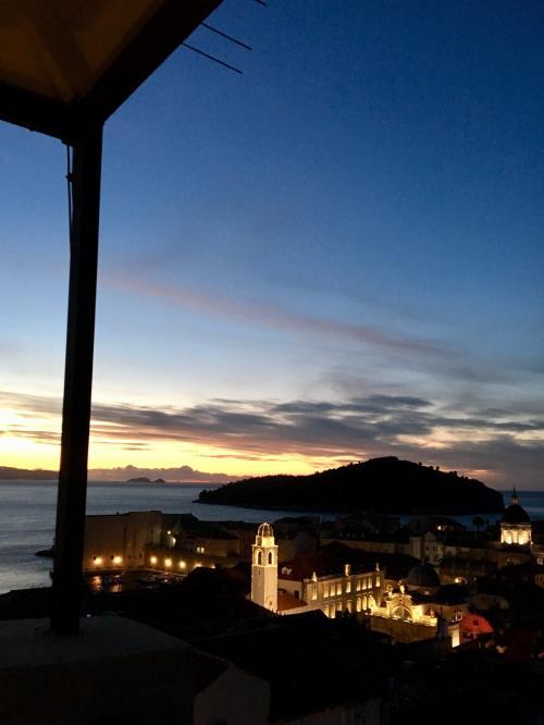 〈6:40〉~お天気カメラBより~<br />次は少し右方向の『B』<br />昨日より、雲も薄く、美しい夜明けです★<br />ライトアップされた時計塔,大聖堂が輝いています!