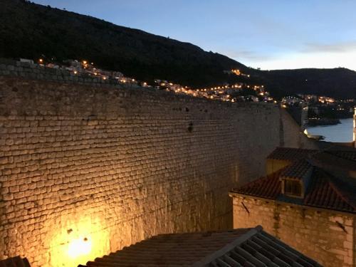 〈6:45〉~お天気カメラAより~(笑)<br />まずは1番左の『A』夜明け前の城壁です。