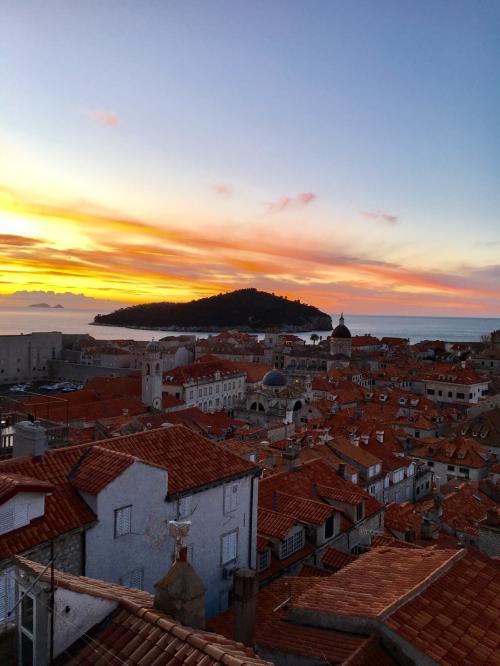 〈7:10〉~お天気カメラBより~<br />ロクルム島周辺が紅く染まり、絵画のような朝焼けでした。