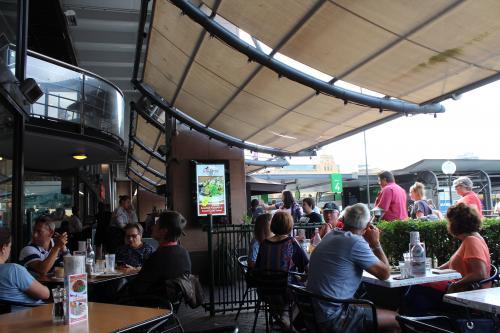 サーキュラーキーのワーフ前の「City Extra」でハンバーガーランチ。<br />外国に来たー!周りは外国人ばかり。日本人はいない!